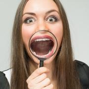 In bocca potresti avere otturazioni dentali in argento. Ecco perché è meglio sceglierne altre.