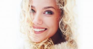 Il sorriso di una donna è unico e speciale.